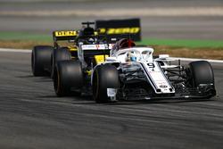 Marcus Ericsson, Sauber C37, precede Nico Hulkenberg, Renault Sport F1 Team R.S. 18