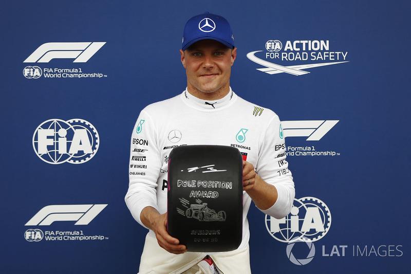 Pole sitter Valtteri Bottas, Mercedes AMG F1, poses with the Pirelli pole position award