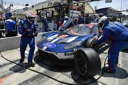 #67 Chip Ganassi Racing Ford GT, GTLM: Ryan Briscoe, Richard Westbrook pit stop