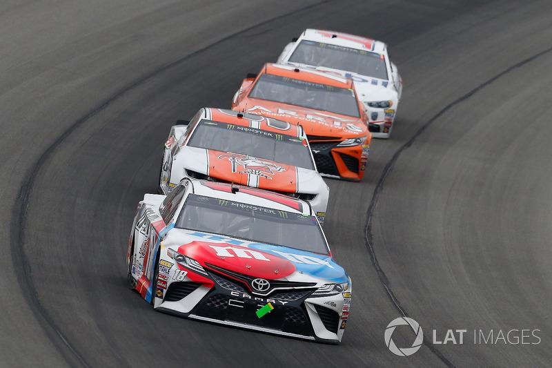 Kyle Busch, Joe Gibbs Racing, Toyota Camry M&M's Red White & Blue e Chase Elliott, Hendrick Motorsports, Chevrolet Camaro Mountain Dew / Little Caesars