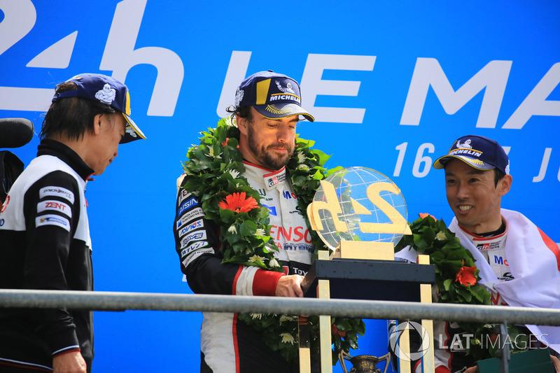 Genel podyum: Kazanan Kazuki Nakajima, Fernando Alonso, Toyota Gazoo Racing