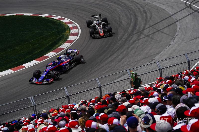 Pierre Gasly, Toro Rosso STR13, precede Romain Grosjean, Haas F1 Team VF-18