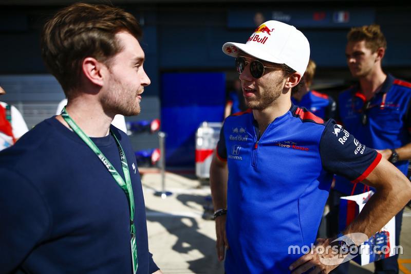 Pierre Gasly, Toro Rosso, parla con un ospite