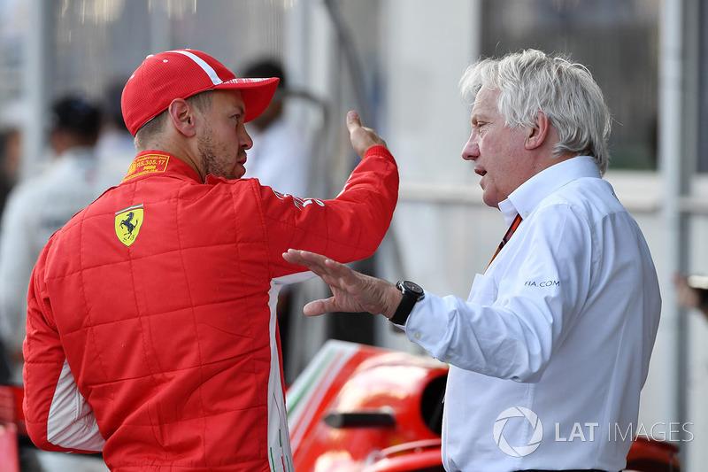 El ganador de la pole Sebastian Vettel, Ferrari y Charlie Whiting, delegado de la FIA en el parque cerrado