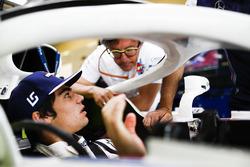 Lance Stroll, Williams Racing, and Luca Baldisserri, Engineer, Williams F1