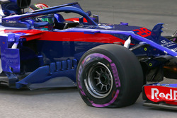 Brendon Hartley, Toro Rosso STR13 Honda, returns to the pits with a broken wheel and punctured tyre