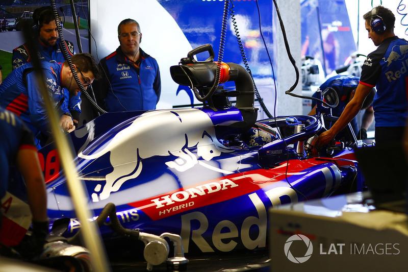Brendon Hartley, Toro Rosso STR13, in the garage