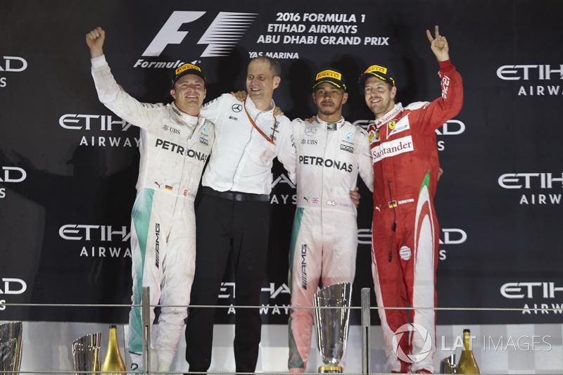 Podio: il secondo classificato e nuovo Campione del Mondo Nico Rosberg, Mercedes AMG, Tony Ross, ingegnere di pista, Mercedes AMG, il vincitore della gara Lewis Hamilton, Mercedes AMG, il terzo classificato Sebastian Vettel, Ferrari