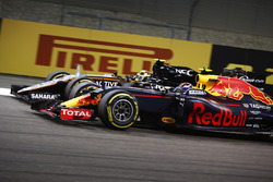 Max Verstappen, Red Bull Racing RB12, paa a Sergio Pérez, Force India VJM09