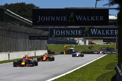 Max Verstappen, Red Bull Racing RB13, Fernando Alonso, McLaren MCL32, Felipe Massa, Williams FW40