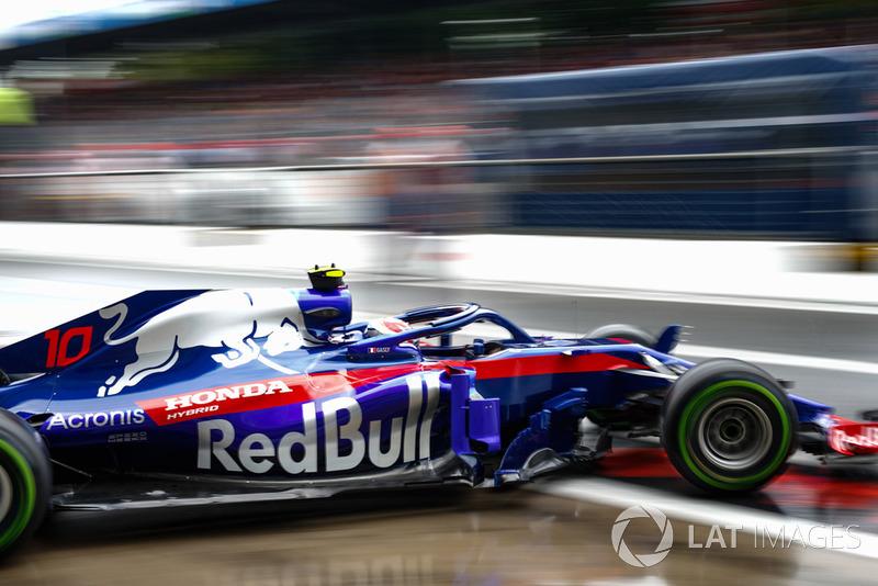 Pierre Gasly, Toro Rosso STR13, leaves the garage