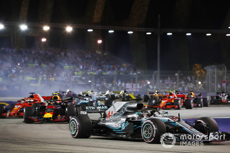 Lewis Hamilton, Mercedes AMG F1 W09 EQ Power+, y Sebastian Vettel, Ferrari SF71H en la arrancada