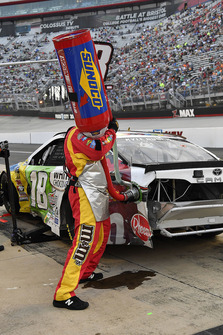 Kyle Busch, Joe Gibbs Racing, Toyota Camry M&M's White Chocolate crew