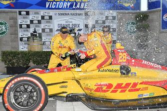 Ryan Hunter-Reay, Andretti Autosport Honda celebra la en victory lane