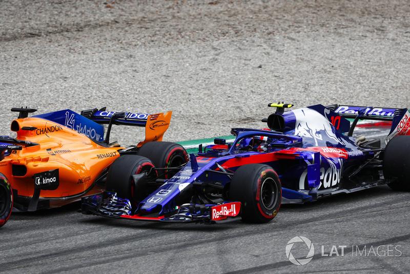 Fernando Alonso, McLaren MCL33, y Pierre Gasly, Toro Rosso STR13, batallan rueda a rueda