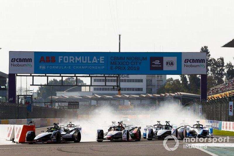 Oliver Rowland, Nissan e.Dams, Nissan IMO1 precede Lucas Di Grassi, Audi Sport ABT Schaeffler, Audi e-tron FE05 e Felipe Massa, Venturi Formula E, Venturi VFE05, alla partenza