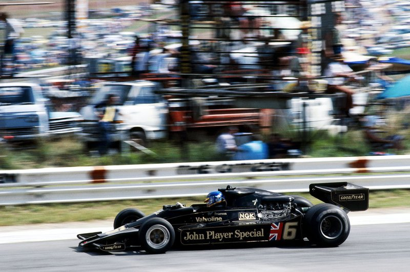 Ronnie Peterson au volant de la Lotus 78