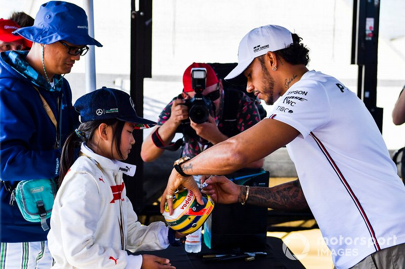 Lewis Hamilton, Mercedes AMG F1, firma un mini casco per una tifosa