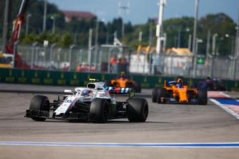 Sergey Sirotkin, Williams FW41, precede Fernando Alonso, McLaren MCL33, e Stoffel Vandoorne, McLaren MCL33