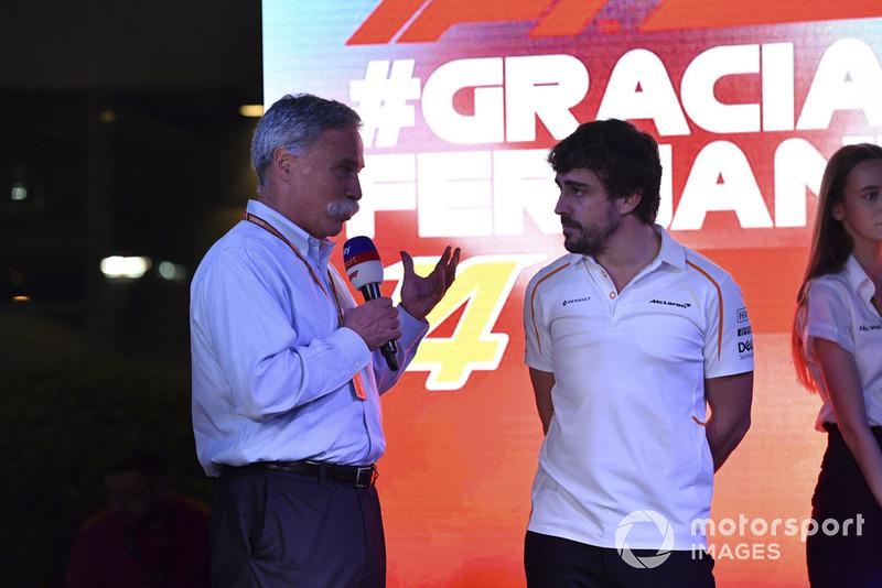 Chase Carey, Director Ejecutivo y Presidente Ejecutivo de Formula One Group en el escenario como Fernando Alonso, McLaren se despide de los fanáticos