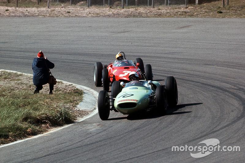 Masten Gregory, Lotus 18 Climax, devant Ricardo Rodriguez, Ferrari Dino 156