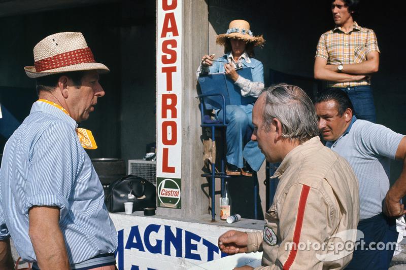 Rob Walker mit Ehefrau Betty und John Surtees
