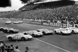 Кен Майлс на Ford #1, делающий фальстарт на Ford #8 Джон Уитмор, Майк Паркес на Ferrari #20, Йо Бонье на Chaparral-Chevrolet #9 и Боб Бондюрант на Ferrari #8
