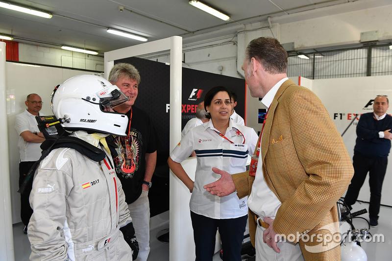 Пассажир F1 Experiences, руководитель Sauber Мониша Кальтенборн и управляющий директор Ф1 по коммерческим операциям Шон Братчес