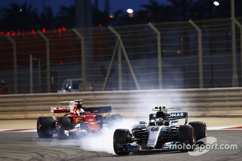Valtteri Bottas, Mercedes AMG F1 W08, locks up as he leads Sebastian Vettel, Ferrari SF70H