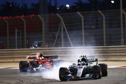 Valtteri Bottas, Mercedes AMG F1 W08, bloquea a Sebastian Vettel, Ferrari SF70H