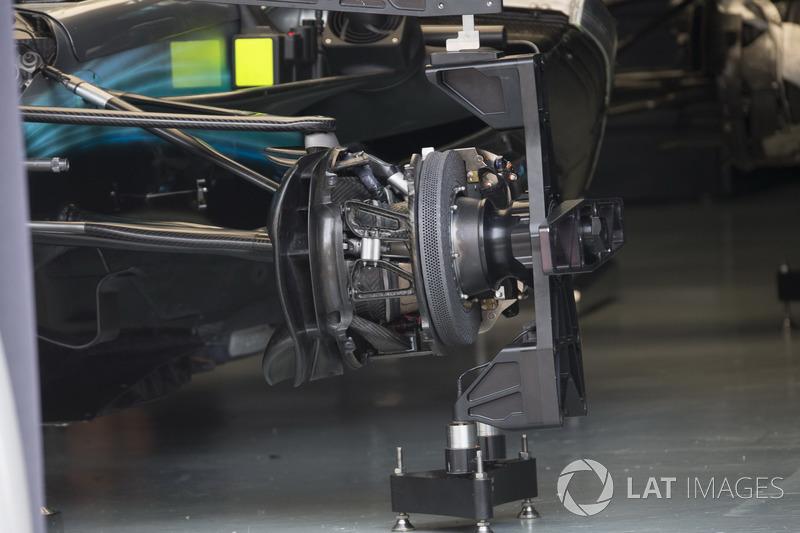 """تفاصيل علبة الإطار الأمامي لسيارة مرسيدس """"دبليو08"""""""