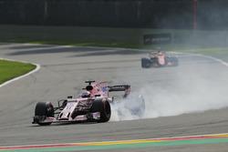 Sergio Perez, Sahara Force India F1 VJM10, avec une crevaison devant Stoffel Vandoorne, McLaren MCL32