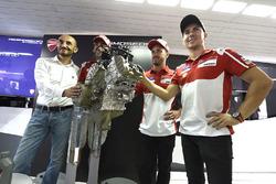Claudio Domenicali, Ducati CEO, Andrea Dovizioso, Ducati Team, Michele Pirro, Ducati Team, Jorge Lorenzo, Ducati Team, Ducati V4, Präsentation Straßenmotor