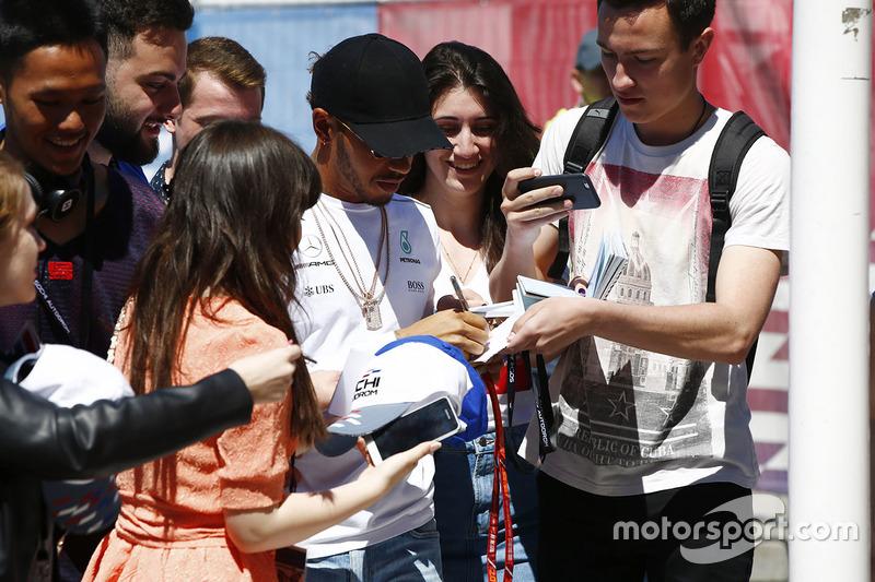 Льюіс Хемілтон, Mercedes AMG F1, підписує автографи уболівальникам