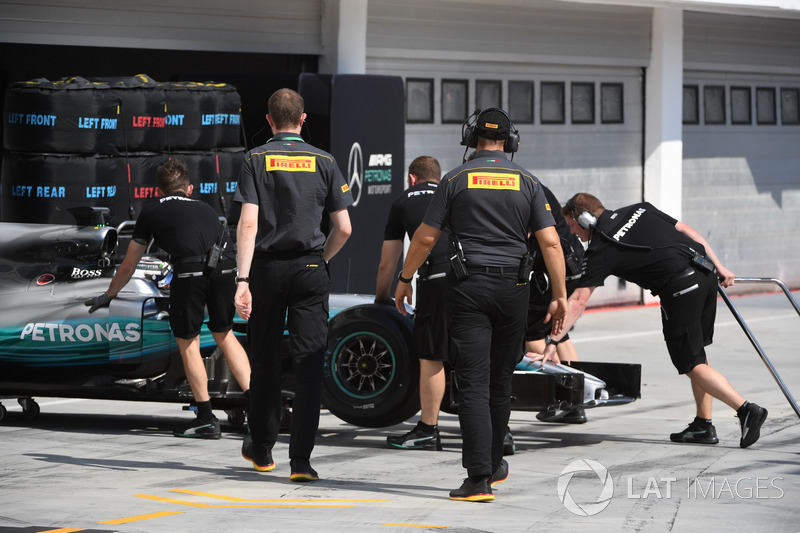 Valtteri Bottas, Mercedes-Benz F1 W08  y Ingenieros de Pirelli