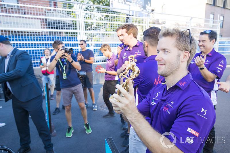 Sam Bird, DS Virgin Racing, con el trofeo en una carrera de bicis