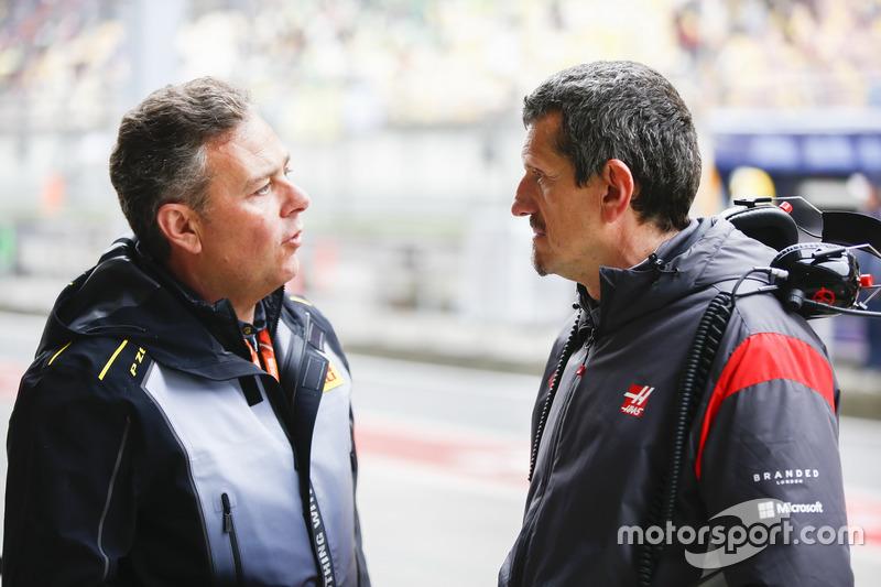 Mario Isola, Gerente de Racing, Pirelli Motorsport, con Guenther Steiner, director del equipo, Haas F1 Team