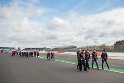 DC Racing Oreca miembros del equipo durante una caminata en la pista