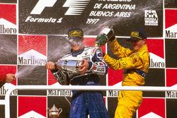 Podium : le vainqueur Jacques Villeneuve, Williams Renault, le troisième, Ralf Schumacher, Jordan Peugeot