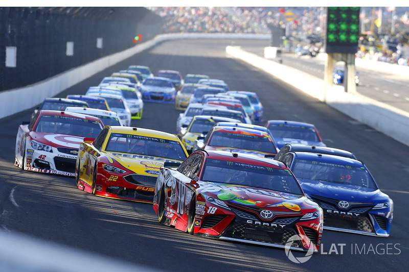 Kyle Busch, Joe Gibbs Racing Toyota, Martin Truex Jr., Furniture Row Racing Toyota, Joey Logano, Team Penske Ford