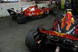 Les voitures endommagées de Kimi Raikkonen, Ferrari SF70H et Max Verstappen, Red Bull Racing RB13