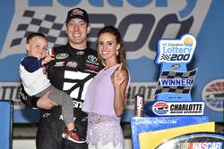 1. Kyle Busch, Kyle Busch Motorsports, Toyota, mit Ehefrau Samantha und Sohn Brexton