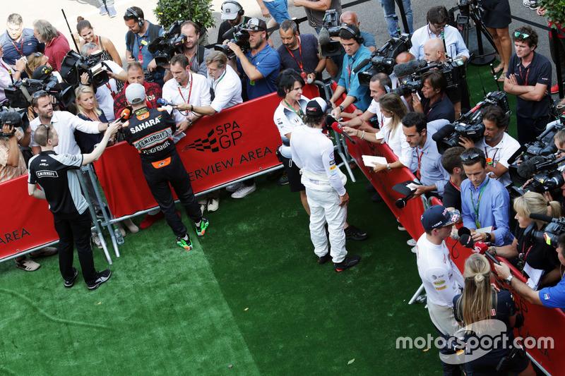 (Da sx a dx): Nico Hulkenberg, Sahara Force India F1; Fernando Alonso, McLaren; e Max Verstappen, Re
