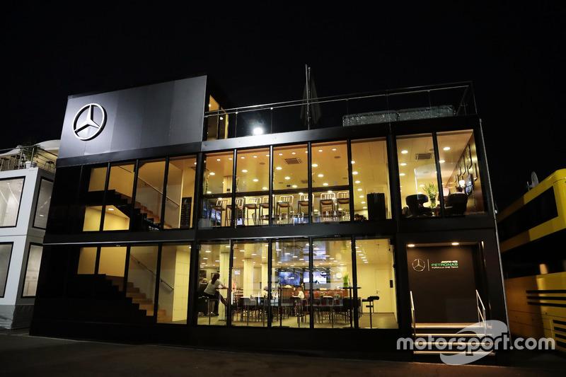 Il motorhome Mercedes AMG F1 di notte