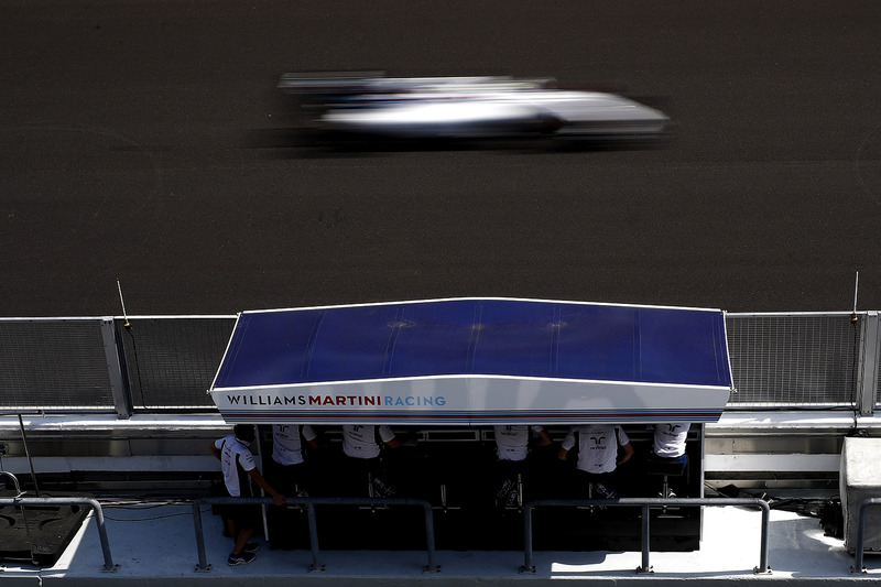 Felipe Massa, Williams FW38, passes the Pit Wall