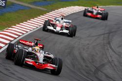 Lewis Hamilton, McLaren MP4-23, lidera a Jarno Trulli, Toyota TF108 y Heikki Kovalainen, McLaren MP4-23