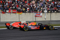 Daniel Ricciardo, Red Bull Racing RB14 et Kimi Raikkonen, Ferrari SF71H battle