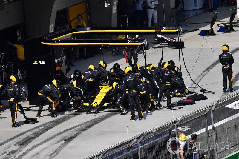 Nico Hulkenberg, Renault Sport F1 Team R.S. 18 pit stop