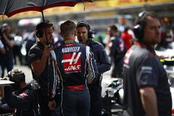 Kevin Magnussen, Haas F1 Team, sur la grille avec les mécaniciens Haas