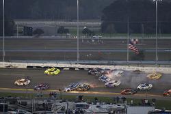 Kurt Busch, Stewart-Haas Racing Ford, Ricky Stenhouse Jr., Roush Fenway Racing Ford, pris dans un crash